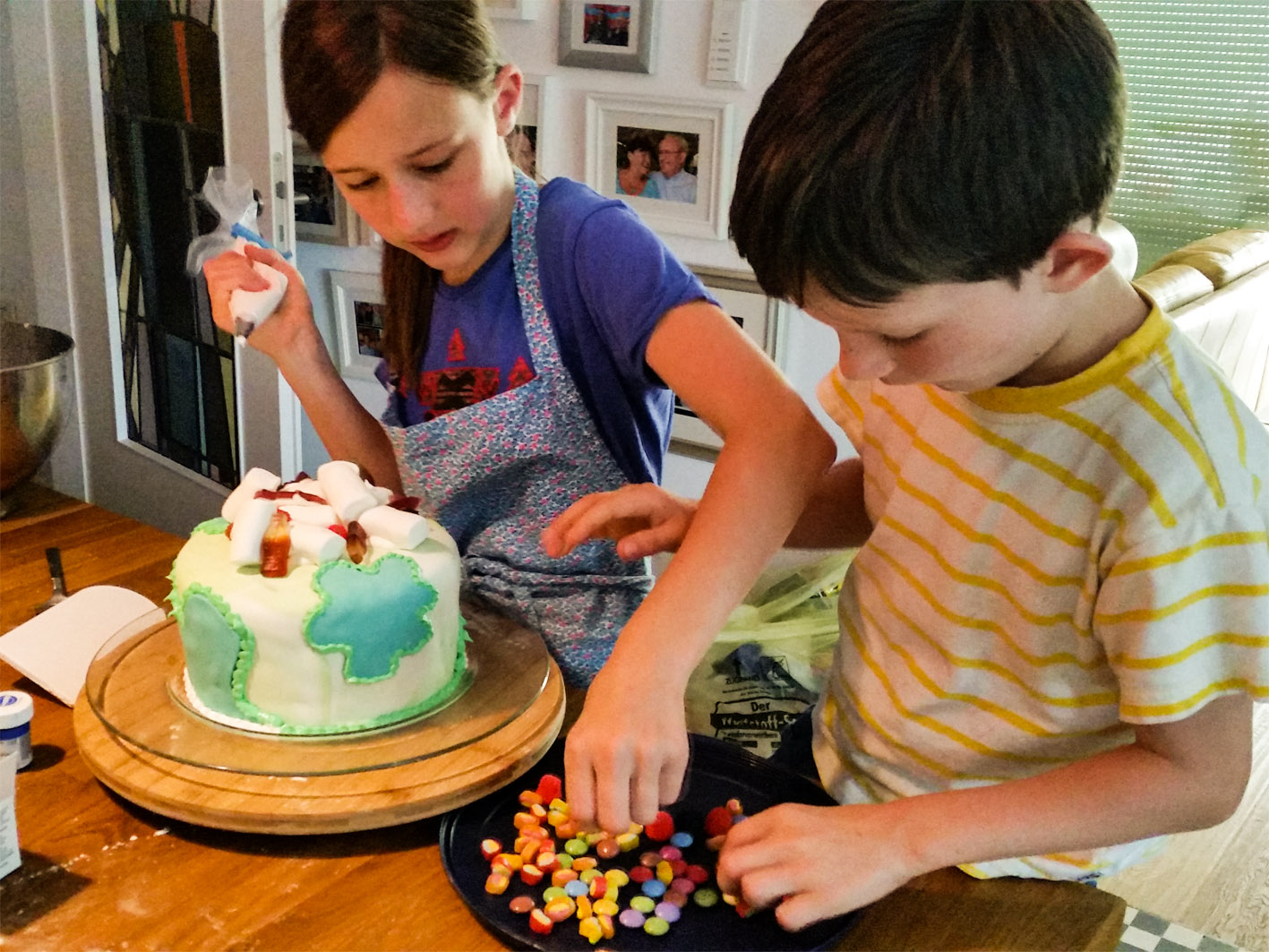 Fondant, Gummibärchen, Smarties und co. machen sich echt lecker auf einer Kindertorte!