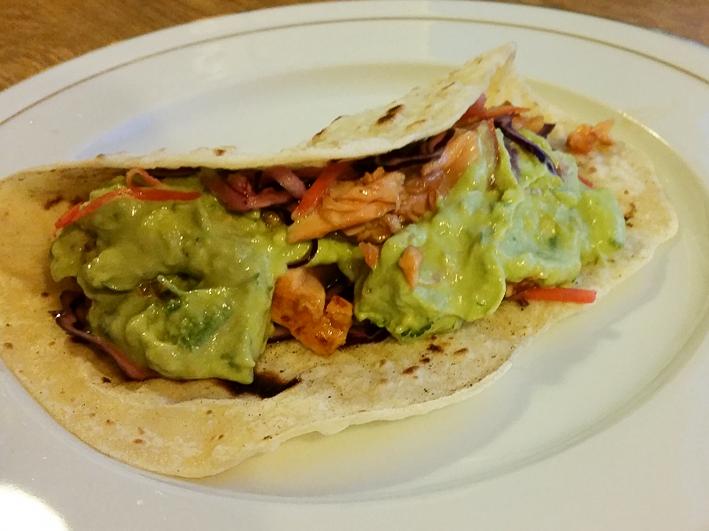 Wrap mit Lachs und Wasabi Guacamole